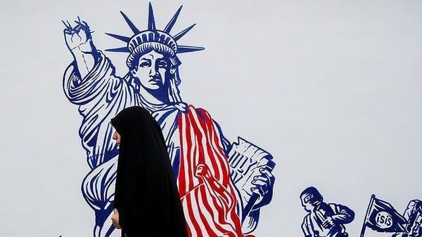 إيران تغطي جدران سفارة أميركا السابقة برسوم معادية