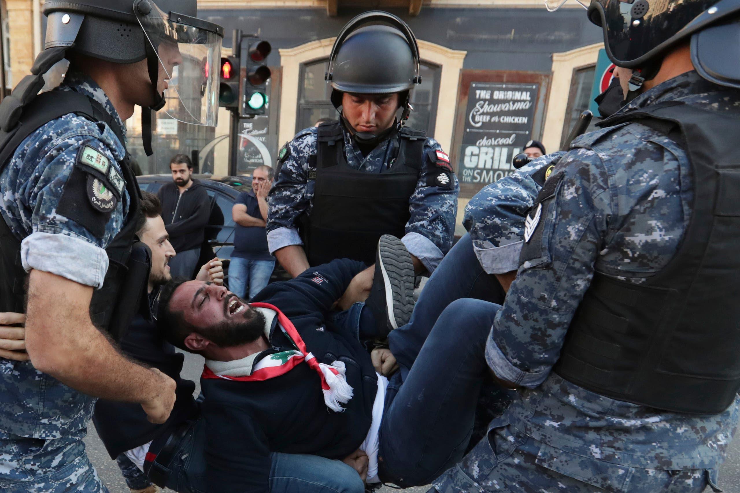 محاولات الأمن لفتح بعض الطرقات عبر إزاحة المحتجين الذين افترشوا الأرض