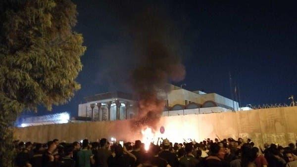 شاهد.. عراقيون يقذفون قنصلية إيران في كربلاء بالحجارة
