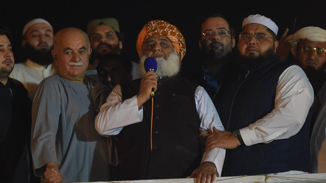 "Islamic political party Jamiat Ulema-e-Islam (JUI) leader Maulana Fazlur Rehman (C) delivers a speech during an anti-government ""Azadi (Freedom) March"" in Islamabad on November 3, 2019. (AFP)"