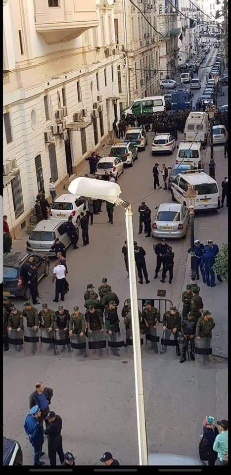 الشرطة تحاصر المحكمة