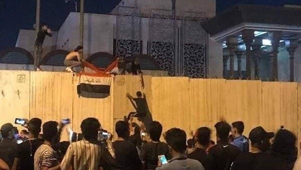 9 حالات اختناق جراء اشتباكات أمام قنصلية إيران في كربلاء