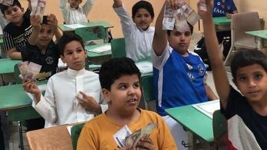 شاهد.. والدة معلم سعودي متوفى تواصل الاهتمام بتلاميذه