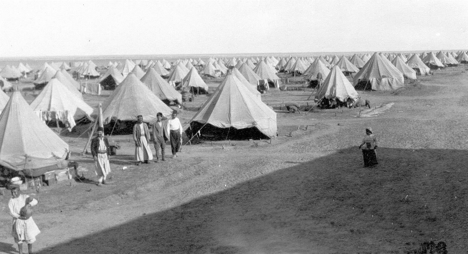 أرمن خلال اقامتهم في معسكر بورسعيد