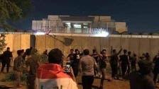 کربلا میں مشتعل مظاہرین نے ایرانی قونصل خانے پر عراقی پرچم لہرا دیا
