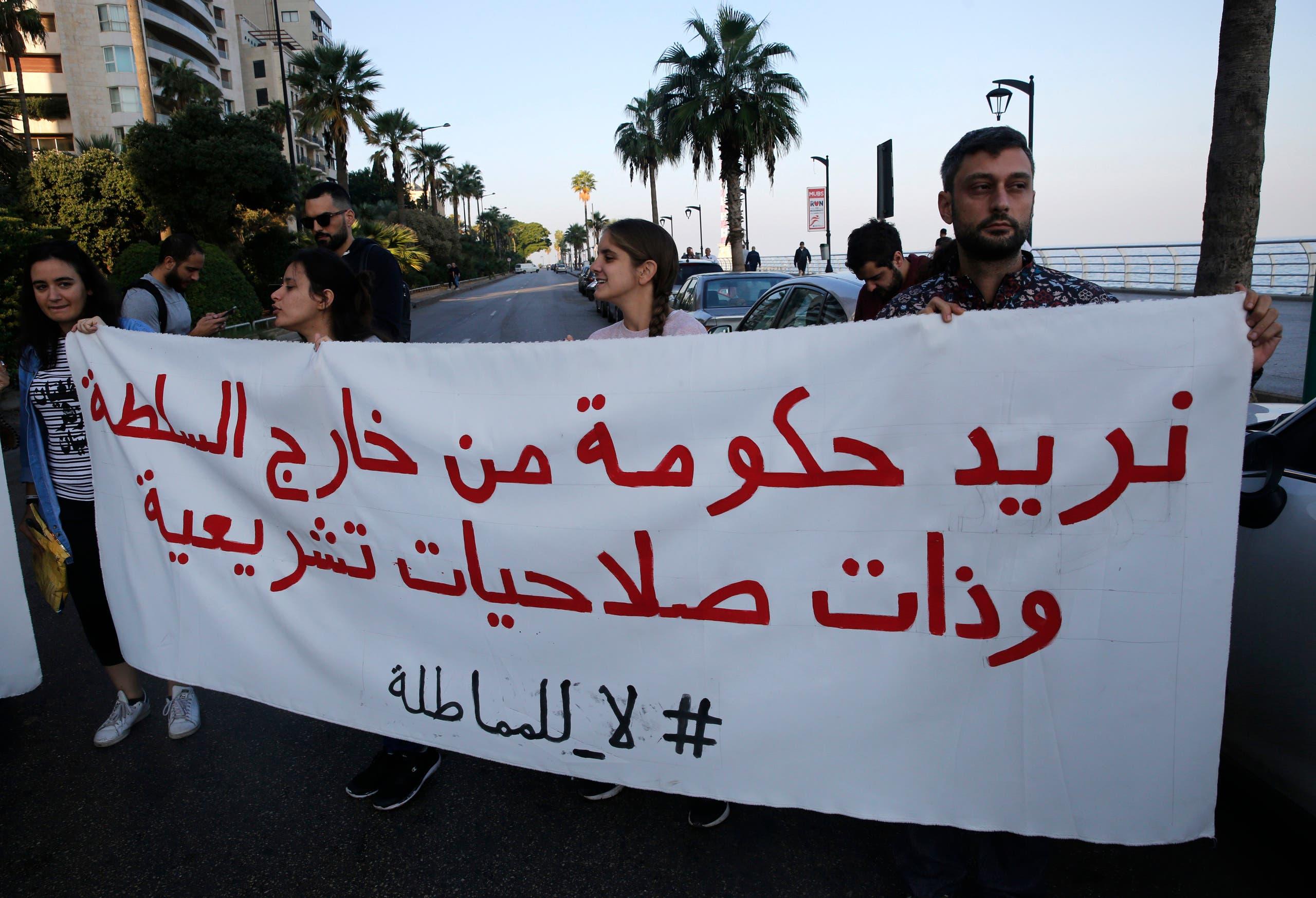محتجون يطالبون اليوم بحكومة غير مسيسة