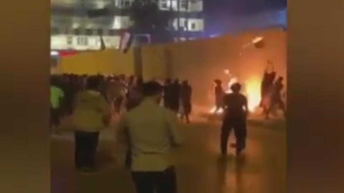 iraqi protesters attack iranian consulate in Iraq (screengrab)
