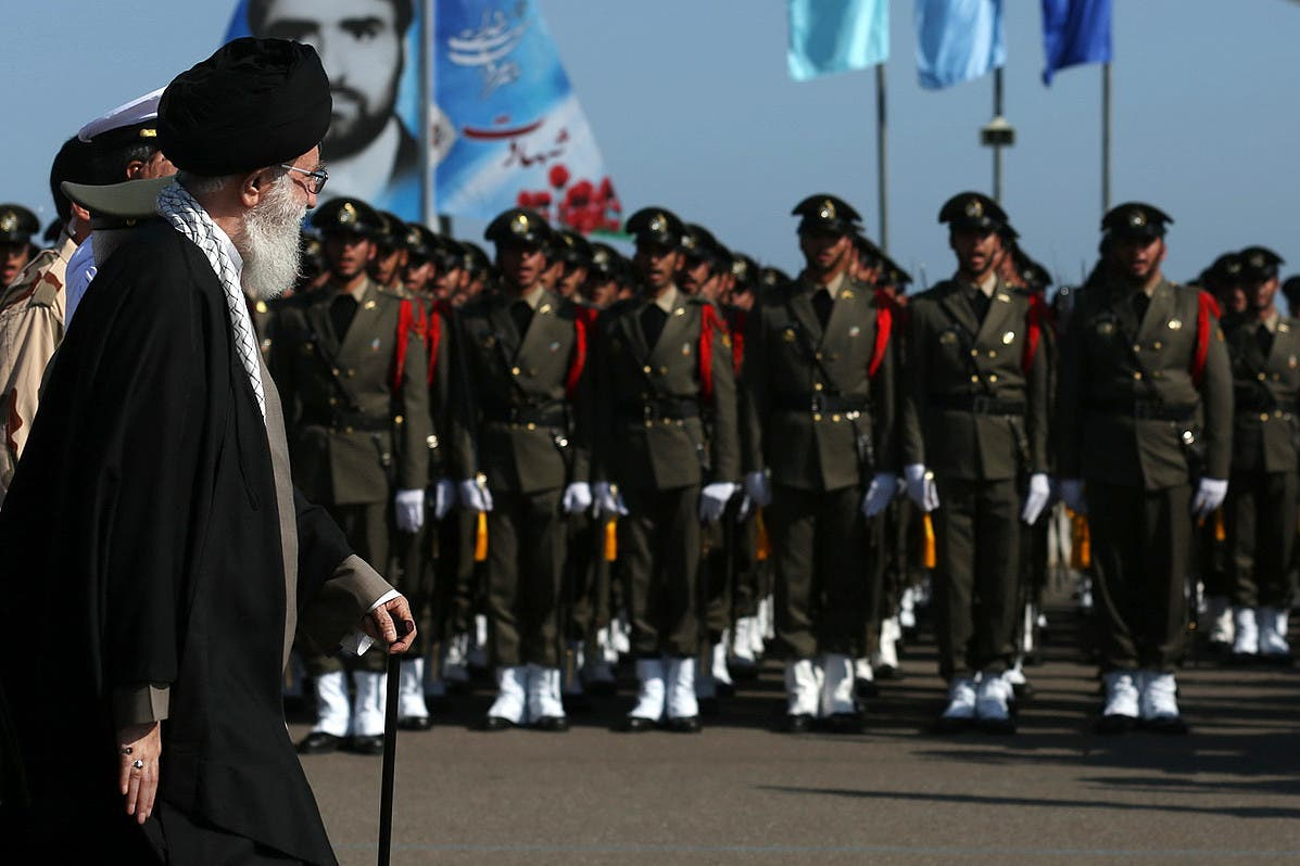 خامنئي مع قوات من الجيش الإيراني