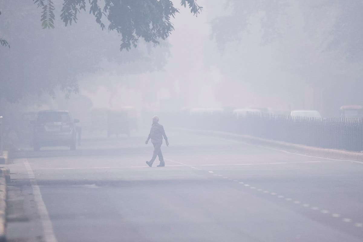 A man crosses a street in smoggy conditions in New Delhi on November 4, 2019. (AFP)