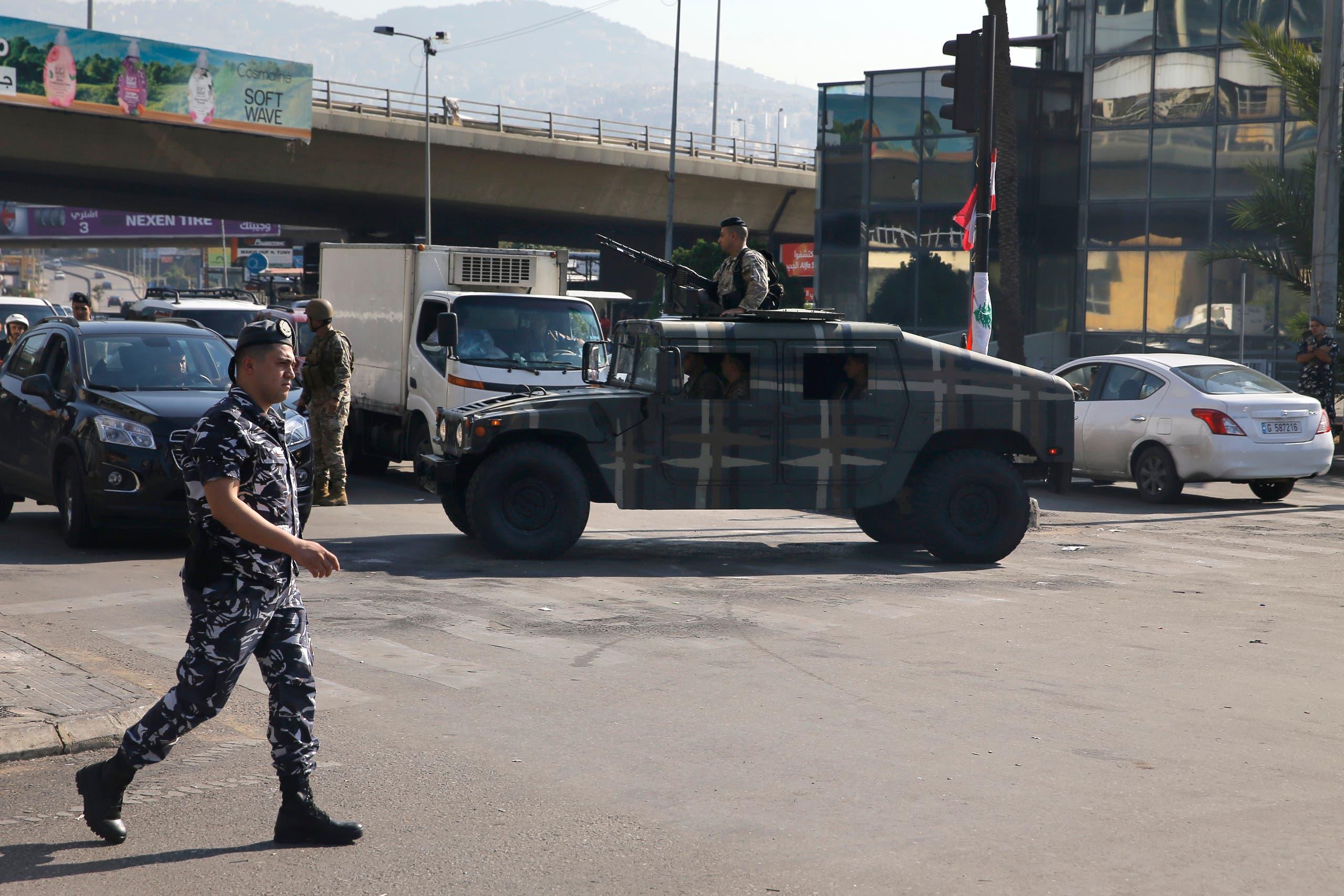 الجيش والشرطة يفتحان الطريق في منطقة الحازمية في ضواحي بيروت