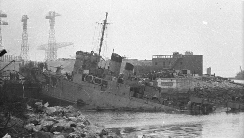 صورة لبقايا المدمرة كامبلتاون بميناء سانت نزير