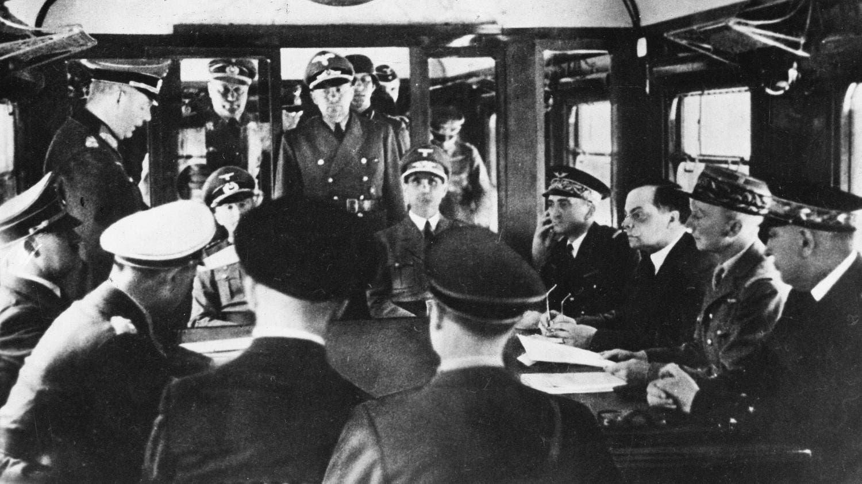 صورة للوفدين الفرنسي والألماني عند توقيع هدنة 22 يونيو 1940