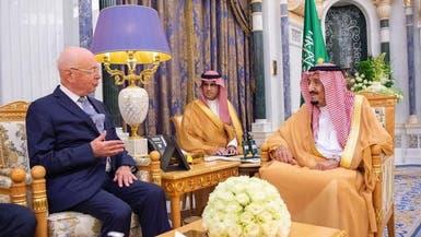 الملك سلمان يبحث مع رئيس المنتدى الاقتصادي العالمي أوجه التعاون