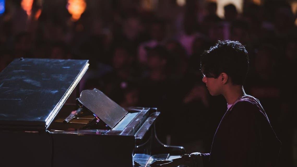 فتاة تعزف على البيانو