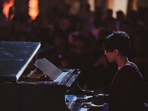 عازفة بيانو سعودية تخطف الأنظار بالرياض.. وهذا ما قالته