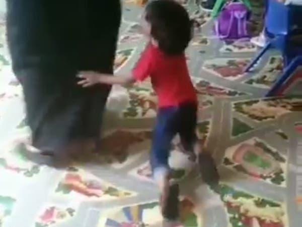 فيديو مؤلم.. تعنيف أطفال في حضانة بالرياض