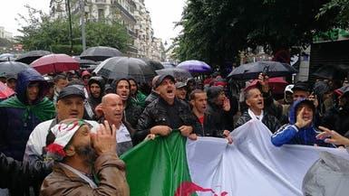رغم الأمطار.. جزائريون يتظاهرون بكثرة لتنفيذ مطالب الحراك