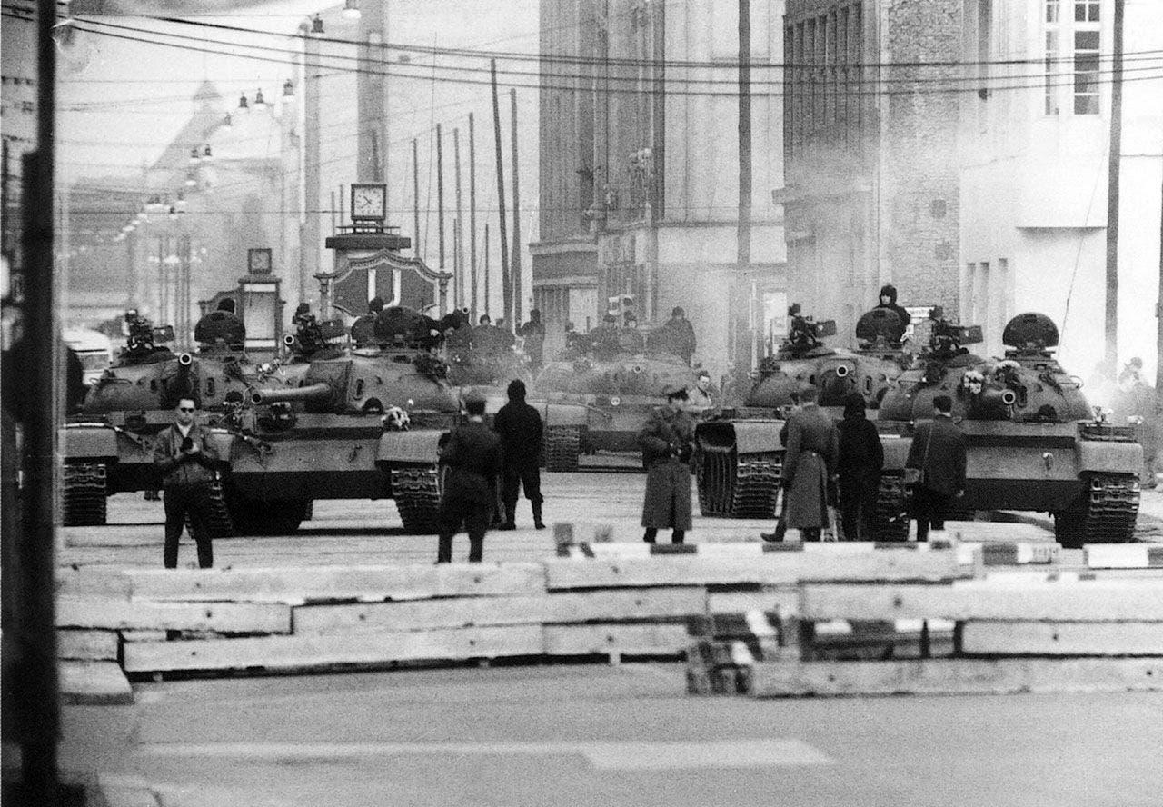 جانب من القوات السوفيتية قرب نقطة التفتيش تشارلي