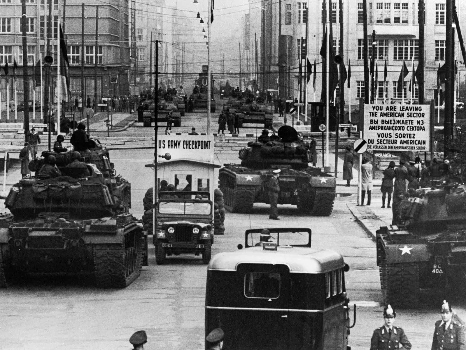 صورة للدبابات الأميركية قبالة نظيرتها السوفيتية في خضم أزمة نقطة التفتيش تشارلي
