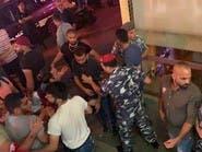 شاهد المتظاهرين يهاجمون مطعم كباب في بيروت للأكل مجانا