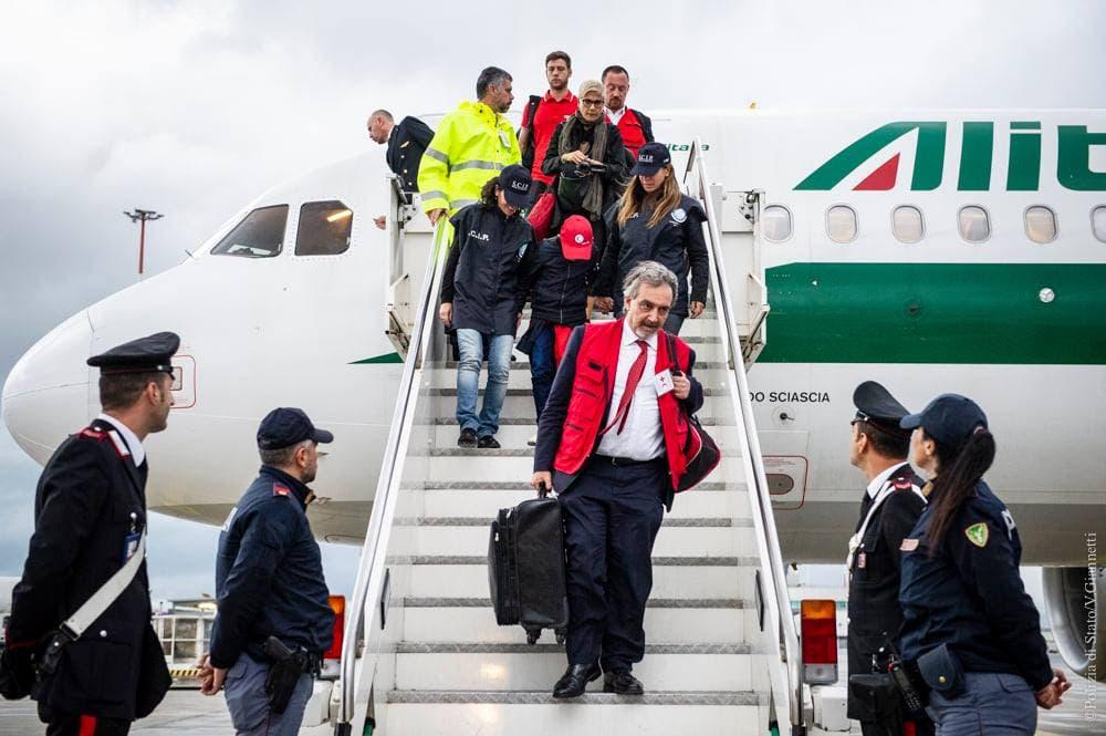 الطفل ألفين ينزل من الطائرة التي أعادته لروما
