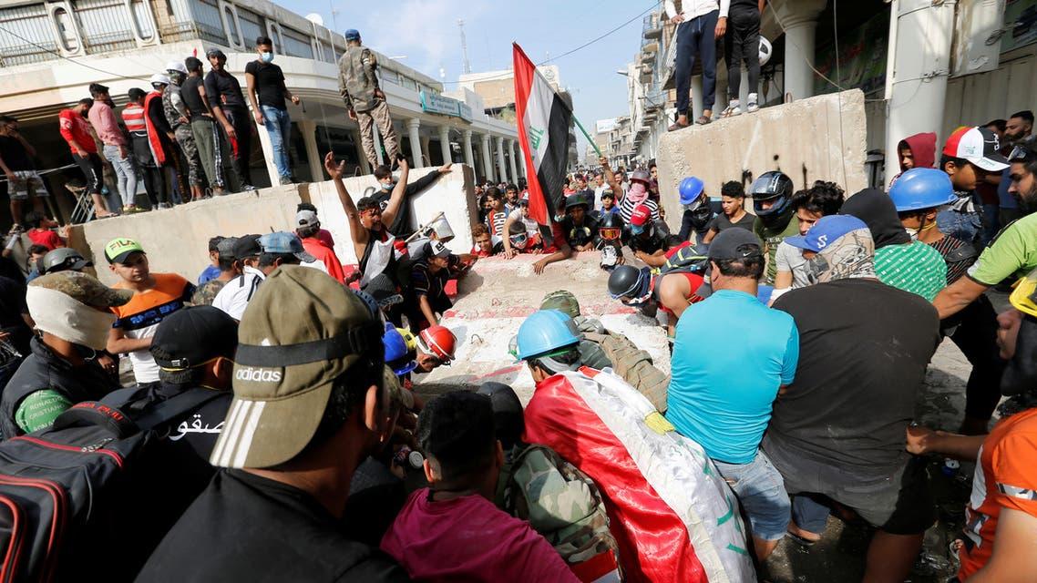 محتجون خلال مظاهرة ضد الحكومة في بغداد بالعراق