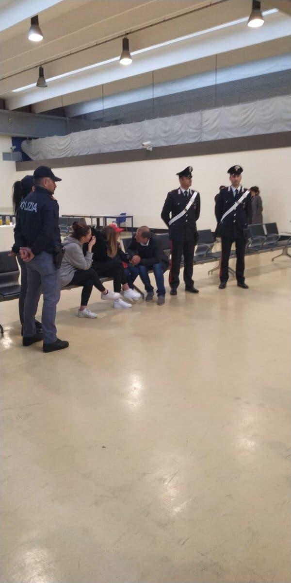 الطفل ألفين مع والده وأقاربه في مطار روما