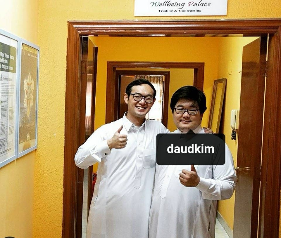 مع صديقه الكوري داود كيم