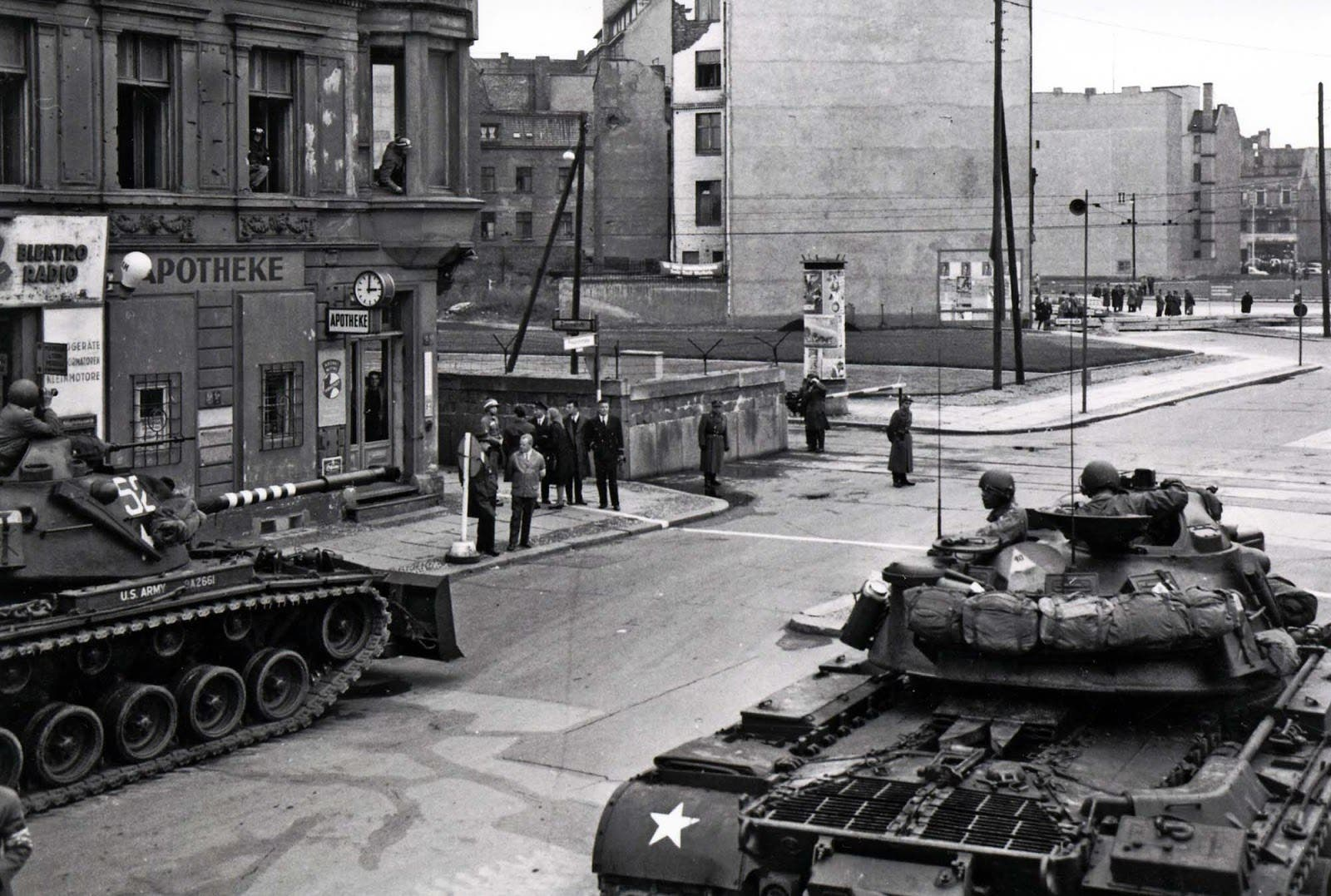 صورة لدبابتين أميركيتين قرب نقطة التفتيش تشارلي