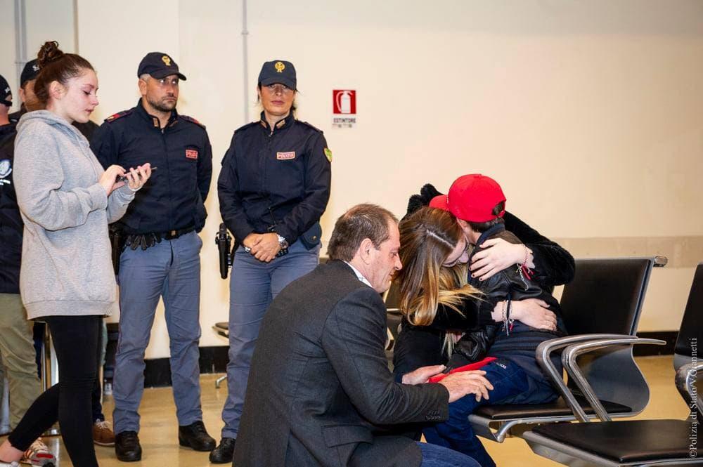 الطفل ألفين مع أقاربه في مطار روما