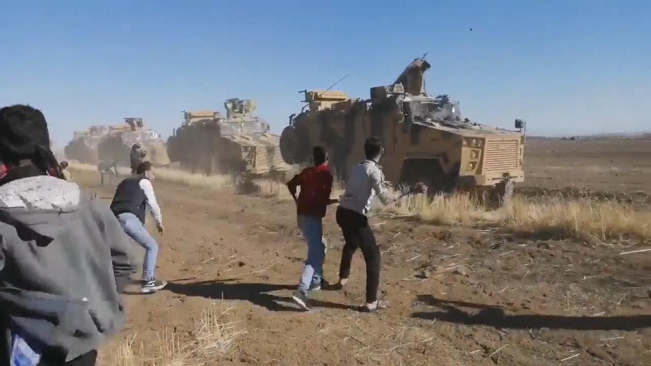 محتجون  أكراد يعترضون دورية تركية روسية في سوريا