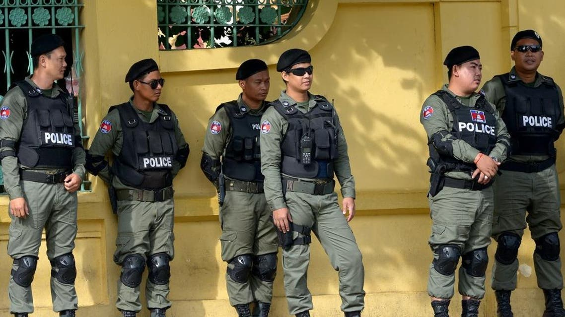Cambodian police officials stand guard in front of the supreme court in Phnom Penh. (File photo: AFP)
