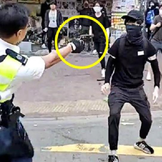 شاهد الشرطي في هونغ كونغ يسدد رصاصة بصدر متظاهر ويرديه