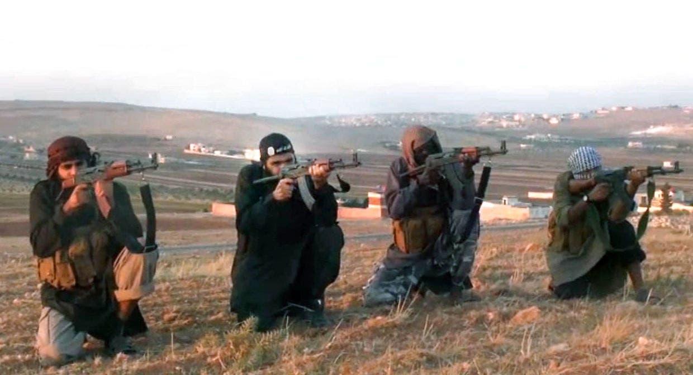 أحمد سالم الحج (الثاني من اليمين) في فيديو لداعش