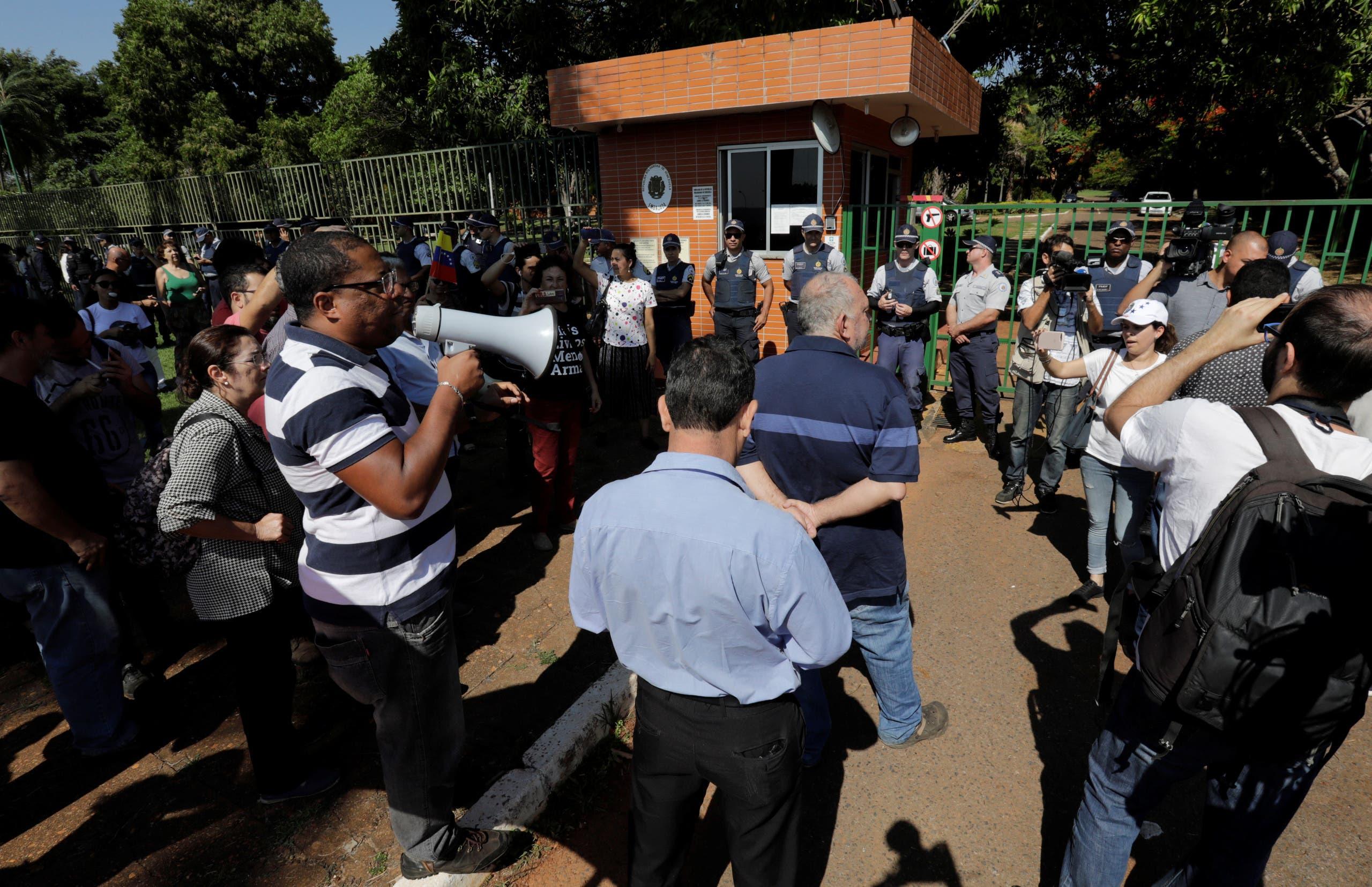 مؤيدو مادورو عند مقر السفارة