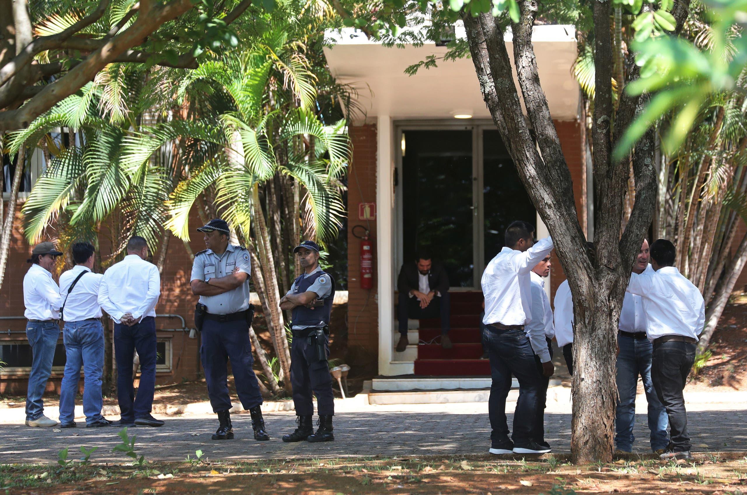 مؤيدو غوايدو بمقر السفارة في برازيليا