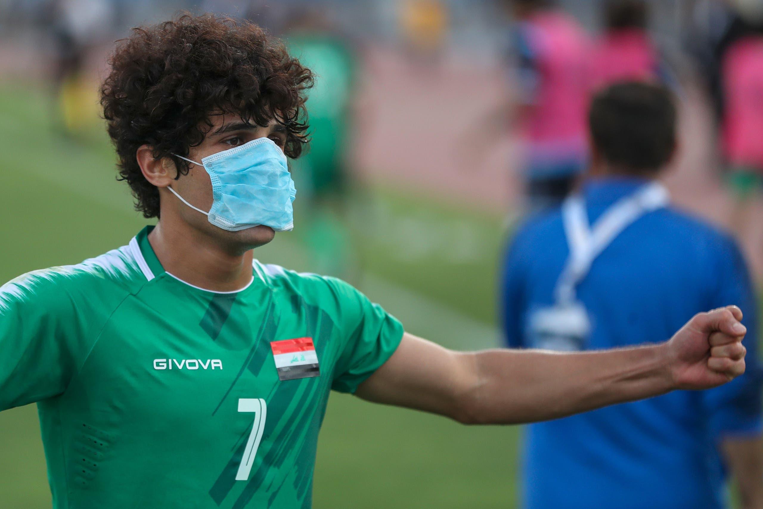 لاعب المنتخب العراقي يتضامن مع المتظاهرين