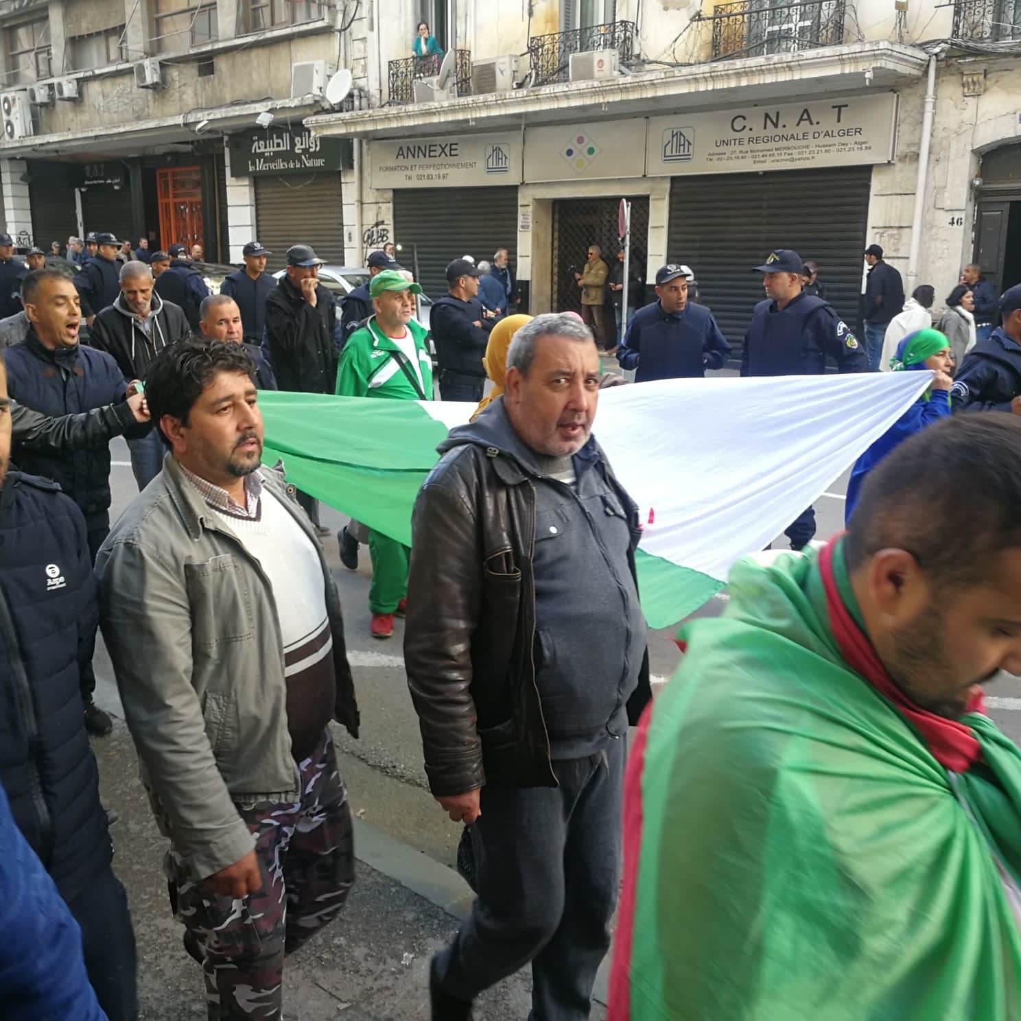 تظاهرات الجزائر تدخل أسبوعها الـ 39.. وبدء تجمع العشرات