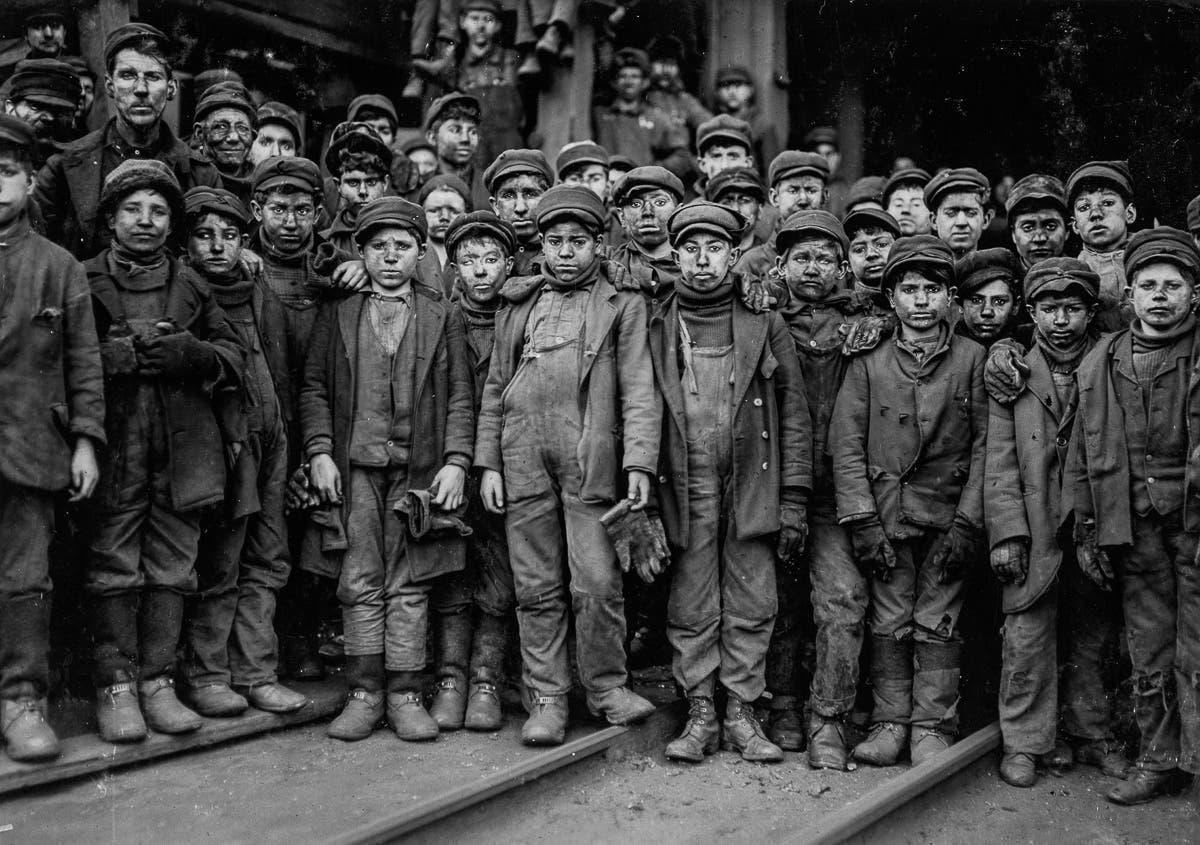صورة تعود لعام 1911 لعدد من الأطفال الذين عملوا على استخراج الفحم