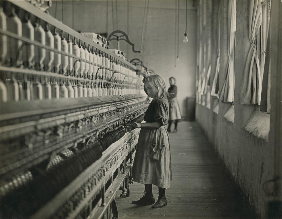 صورة التقطت من قبل لويس هاين لطفلة عملت بمصنع نسيج