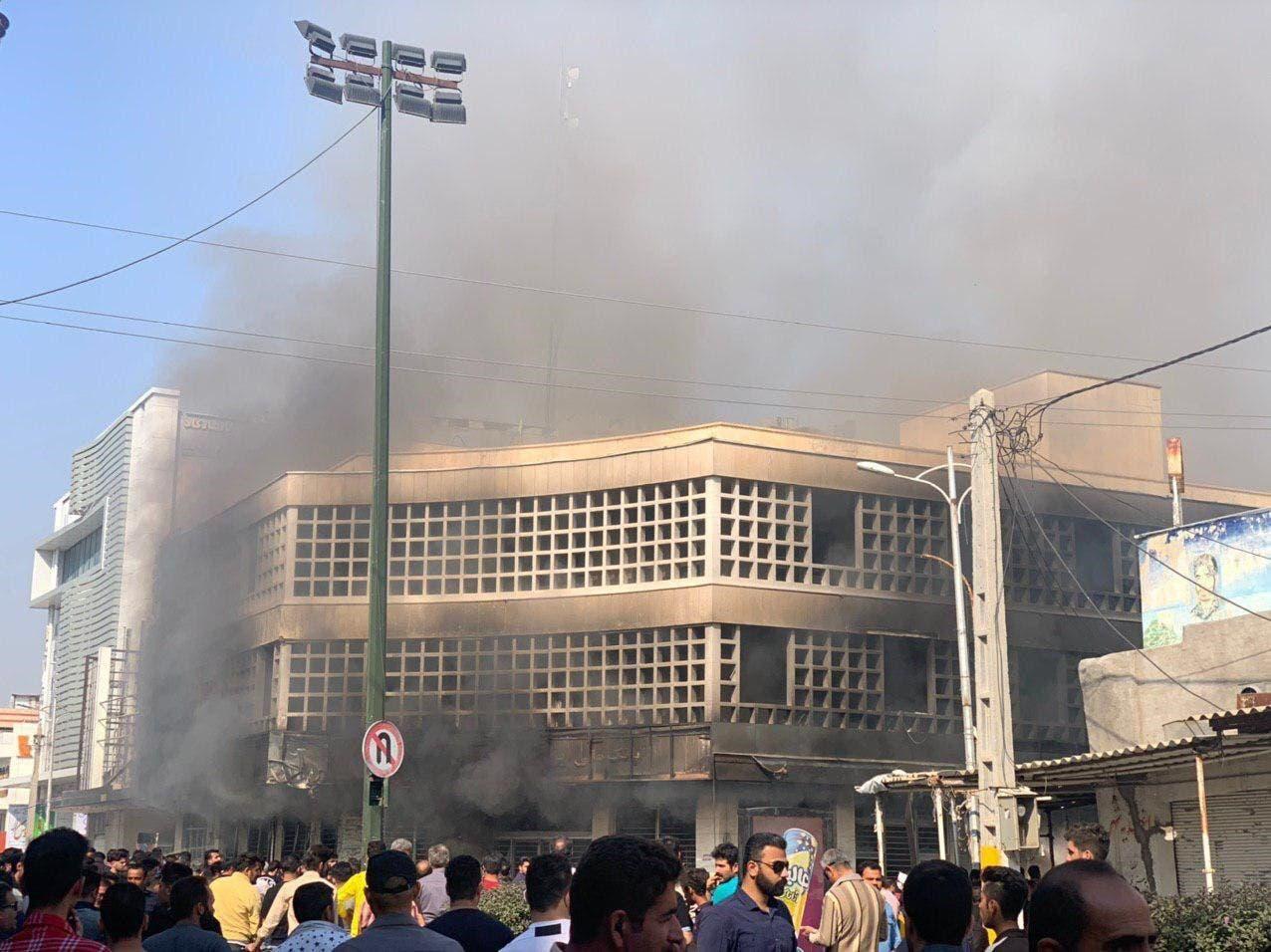 صورة حرق البنك المركزي في مدينة بهبهان شرقي الأهواز