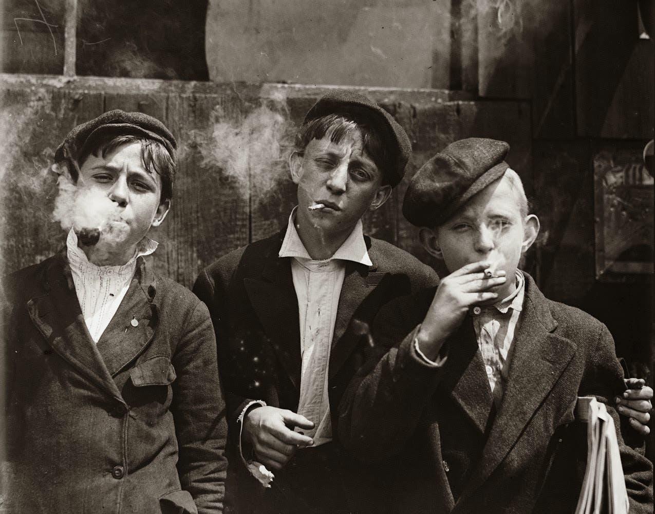 صورة لأطفال أجبروا على العمل وهم بصدد تدخين السجائر