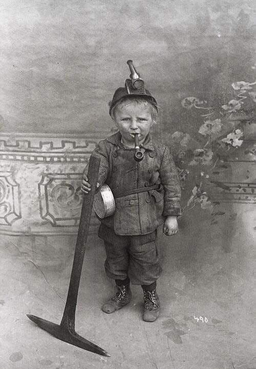 طفل يبلغ من العمر 8 سنوات عمل على استخراج الفحم بالقرن الماضي