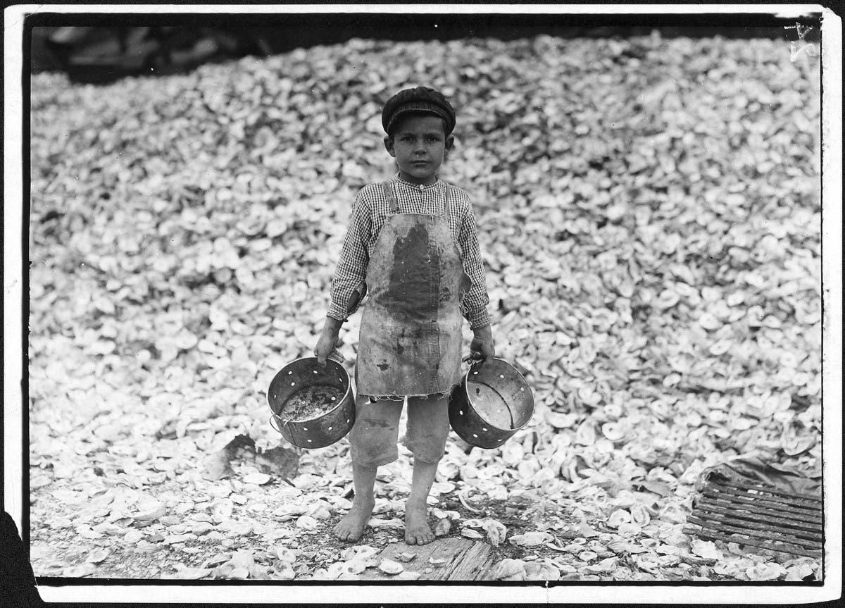 صورة التقطت من قبل لويس هاين لطفل أجبر على العمل بالقرن الماضي