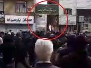 بالفيديو.. محتجون يحرقون مقرات الباسيج في طهران