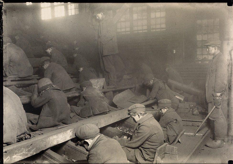 صورة لأطفال خلال قيامهم بفرز وتنقية الفحم ببنسيلفانيا