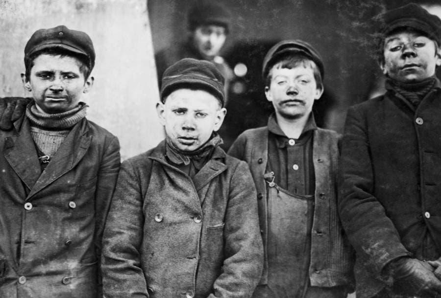 عدد من أطفال المناجم بفرجينيا