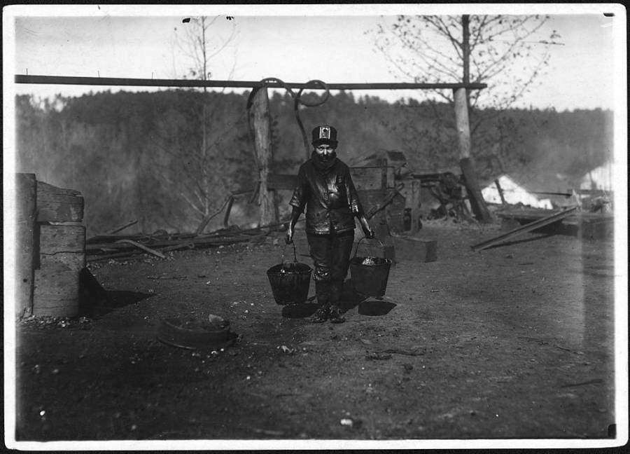 صورة التقطت عام 1910 لطفل يبلغ من العمل 14 سنة أثناء عمله على نقل الفحم بأحد مناجم ألاباما