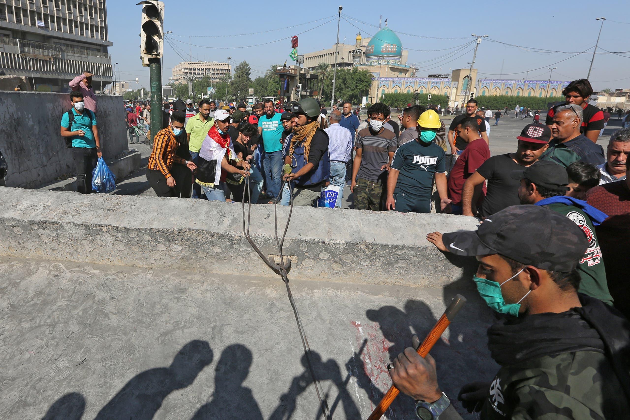 المتظاهرون يزيلون الحواجز التي أقامتها قوات الأمن بساحة الخلاني السبت