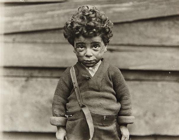 صورة التقطت من قبل لويس هاين عام 1907 لطفل أجبر على العمل لمساعدة عائلته